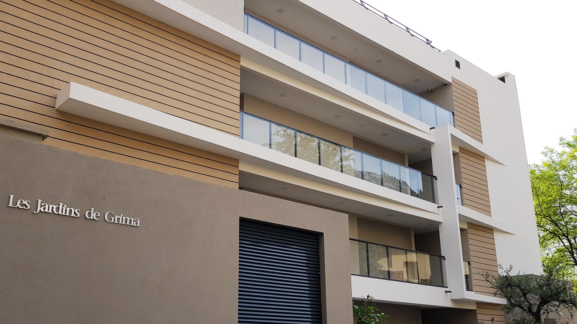 RIPO aluminium railings, framless balustrades, partition walls and blinds in French apartment buildings.